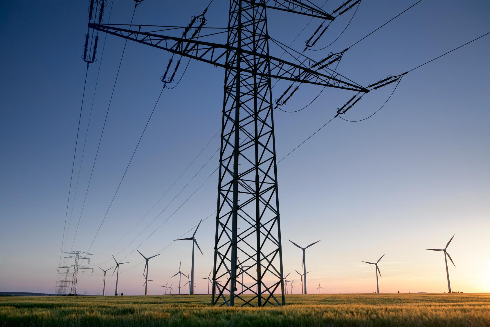 Strommast mit Windraedern