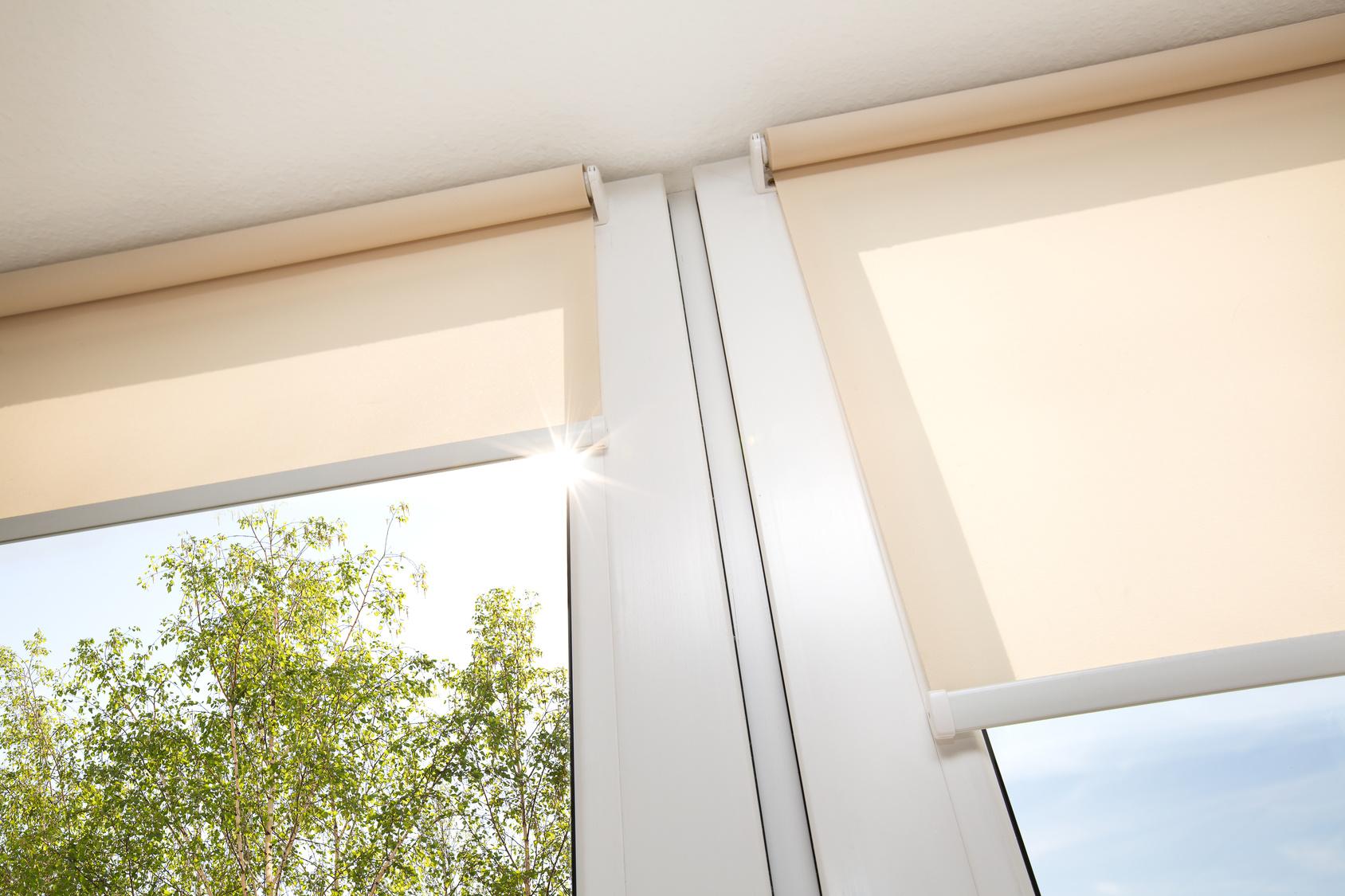 Rollos und Vorhänge schützen effektiv vor Sonneneinstrahlung und sorgen für eine kühle Wohnung im Sommer - ohne Ventilator und Klimaanlage